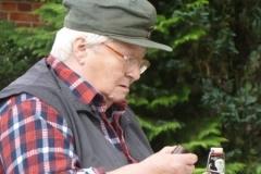 Hilde Richter vom Seniorenklub sketscht auf dem Meierhof